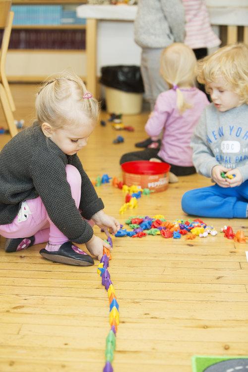 Lapset leikkivät päiväkerhossa